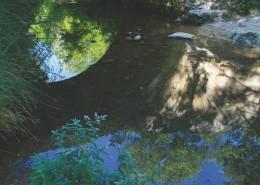 Hélène Prêtre-Heckenroth : Au fond du vert vallon, l'Aiguebrun  promenait dans ses reflets vivants, l'image en miroir du vieux pont de pierre avec sa coquille de lumière, et l'azur infini de notre Luberon.